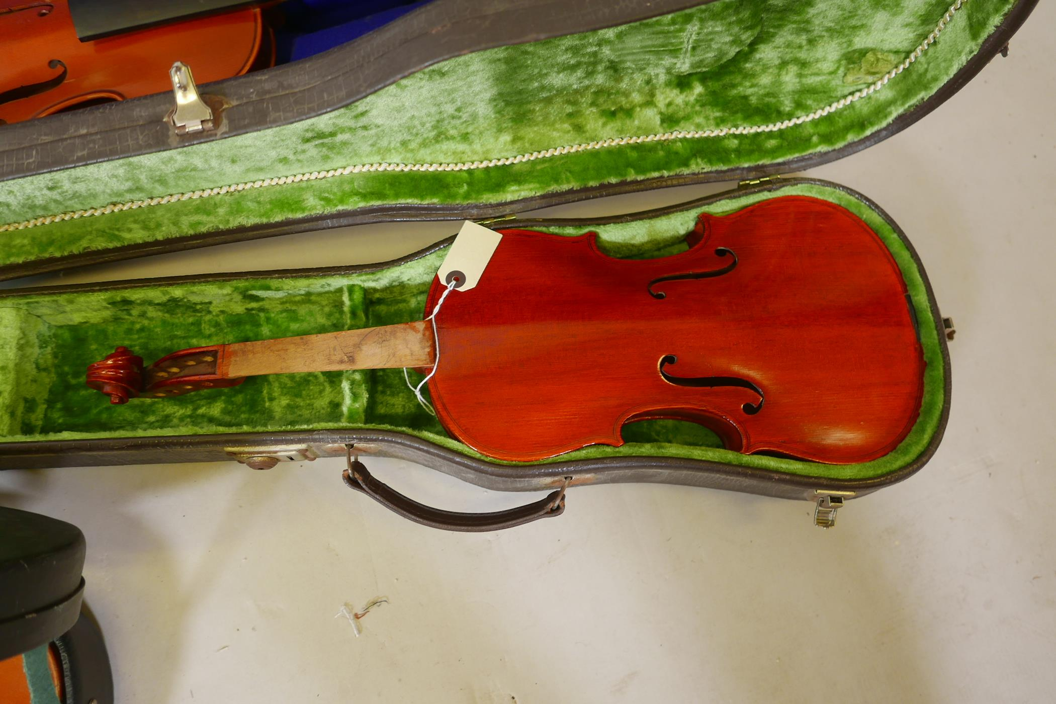 Eight violins for restoration, various states of disrepair, and including several good carry cases - Image 7 of 9