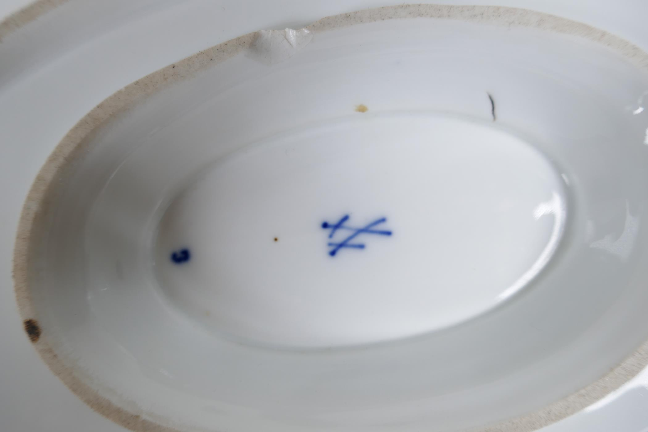 """A pair of late C18th/early C19th Meissen 'Onion' Pattern blue and white two handled gravy boats, 10"""" - Image 8 of 8"""