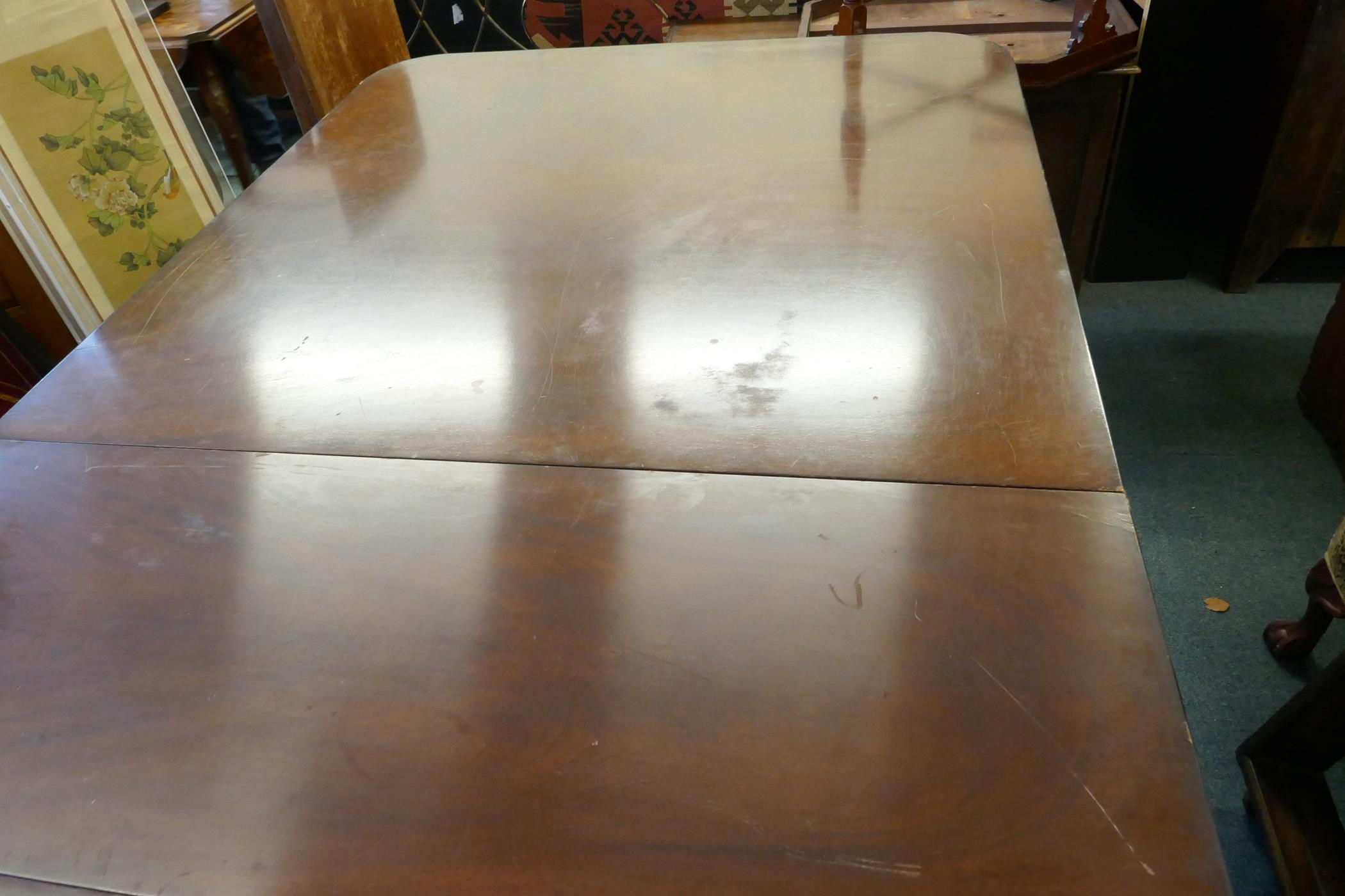 A Regency style three pillar dining table with mahogany veneered top and reeded edge, raised on - Image 6 of 7