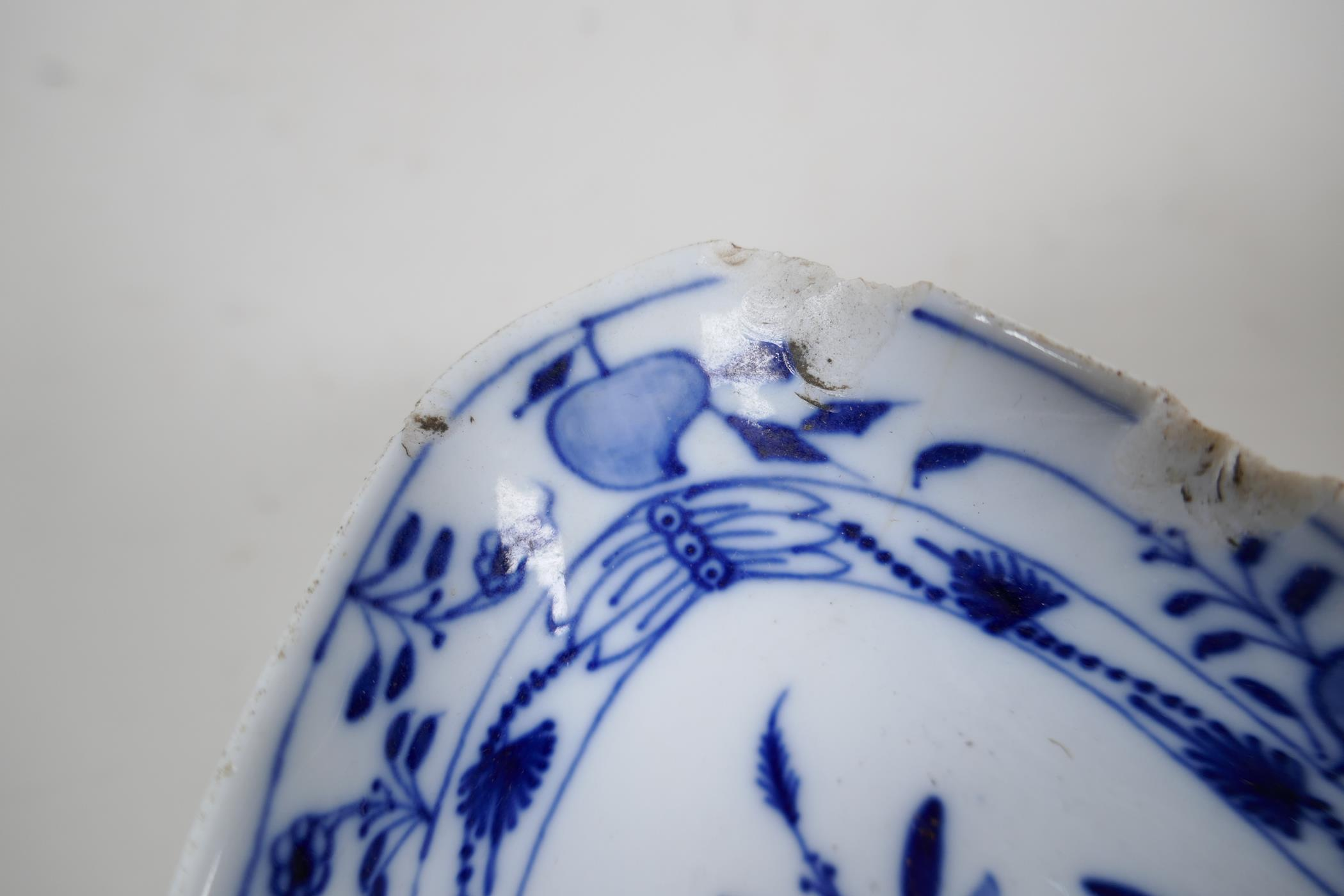 """A pair of late C18th/early C19th Meissen 'Onion' Pattern blue and white two handled gravy boats, 10"""" - Image 5 of 8"""