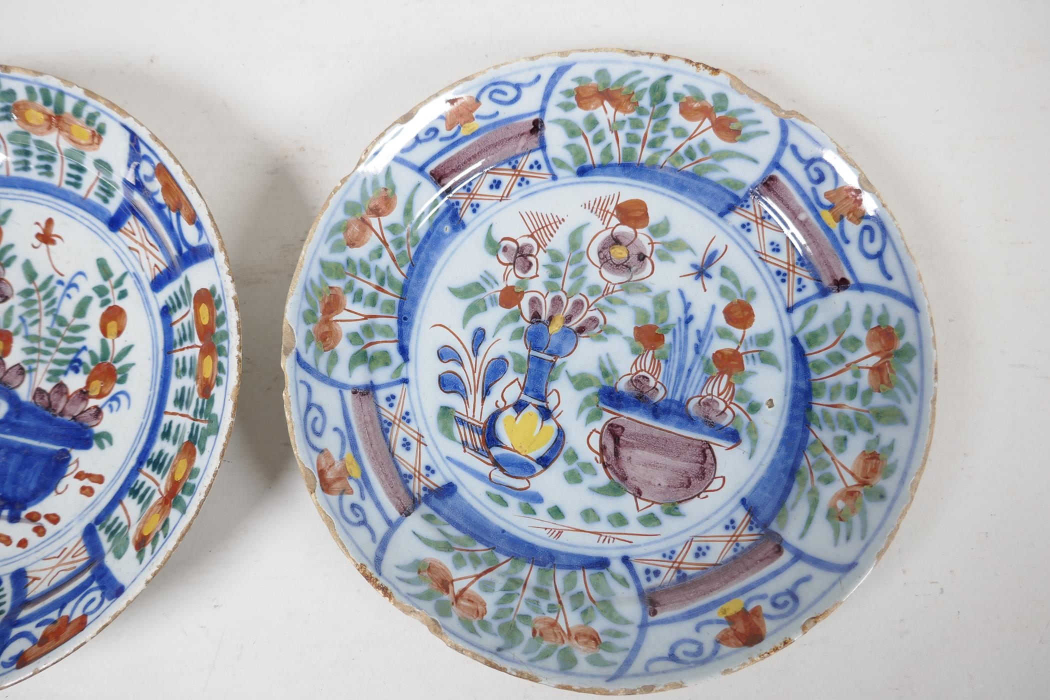 """Two C18th Delft dished plates painted in bright enamels, 9"""" diameter - Image 4 of 4"""
