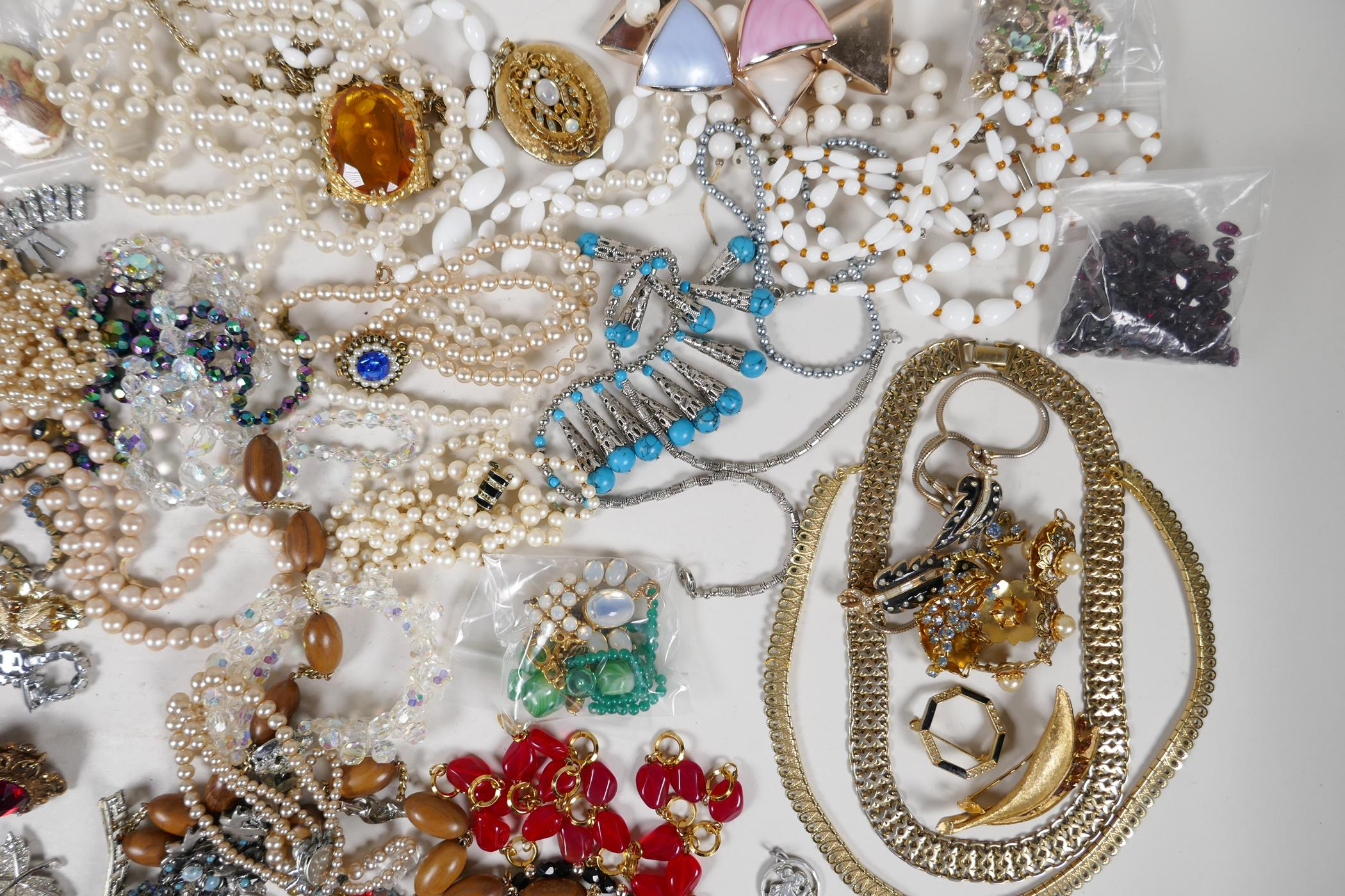 A quantity of good quality vintage costume jewellery - Image 4 of 8