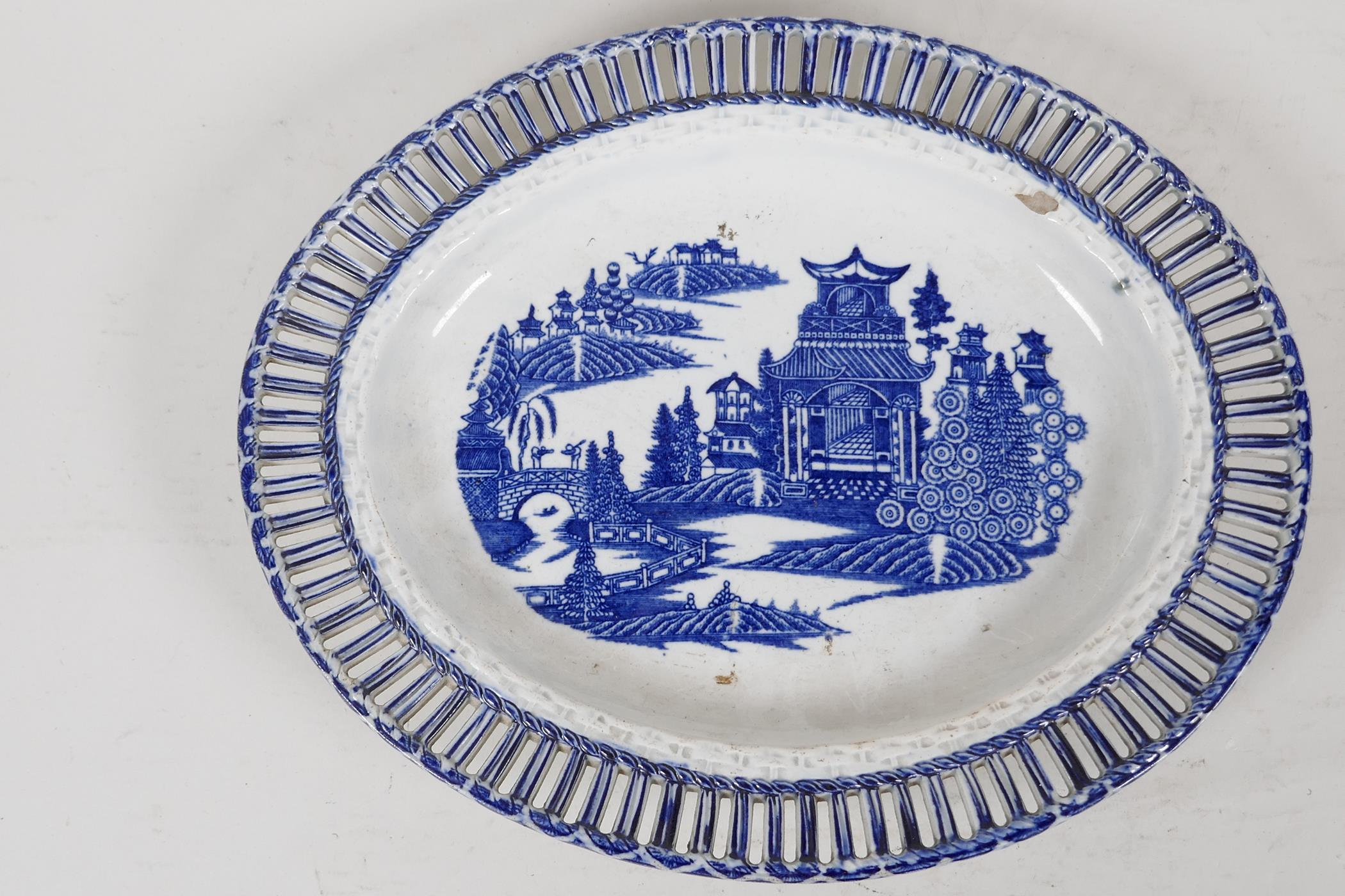 """An early C19th pearlware ribbon plate printed with a variation of the willow pattern, 9"""" x 7"""""""