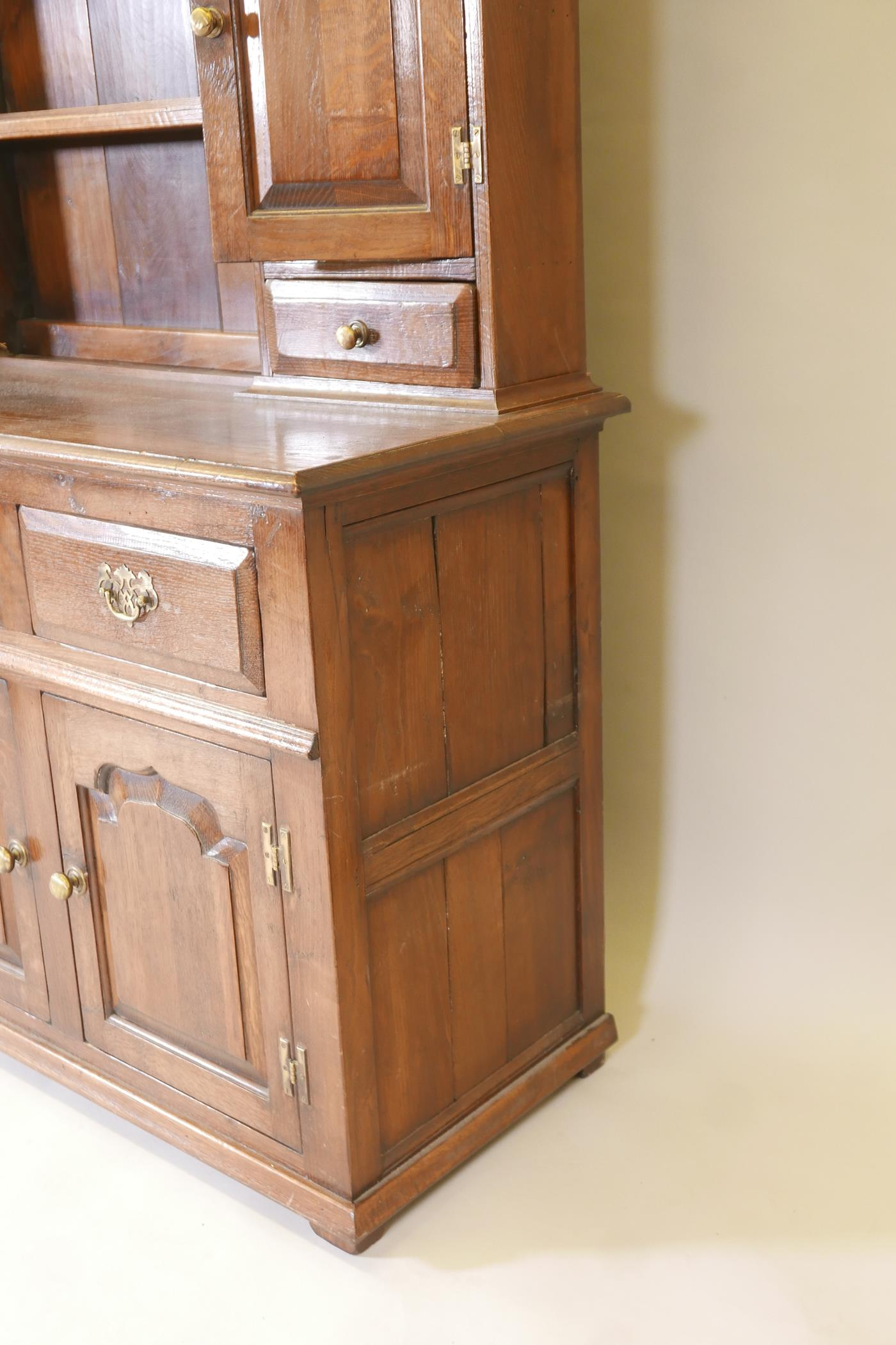 An oak dresser and plate rack with three drawers over three doors to the base, the upper section - Image 3 of 6