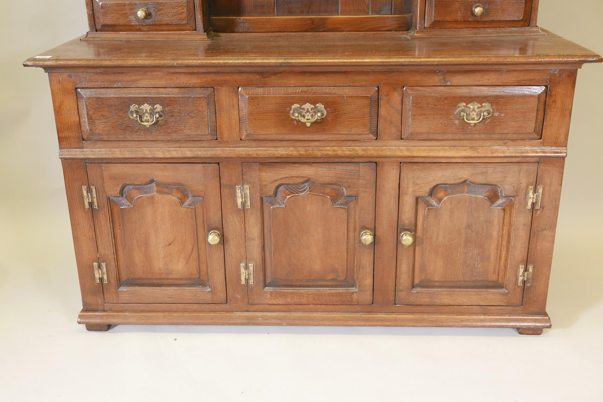 An oak dresser and plate rack with three drawers over three doors to the base, the upper section - Image 2 of 6