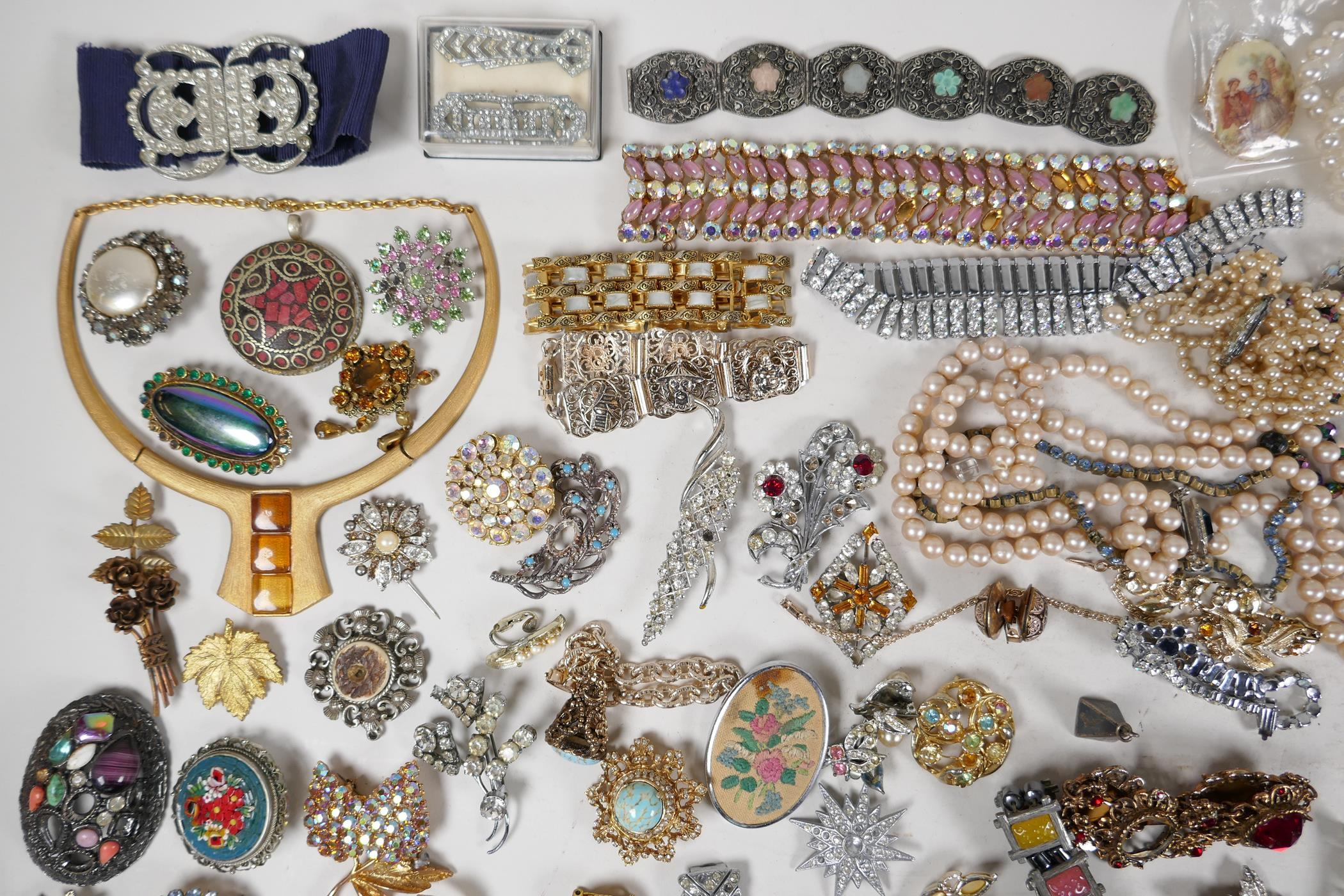 A quantity of good quality vintage costume jewellery - Image 2 of 8
