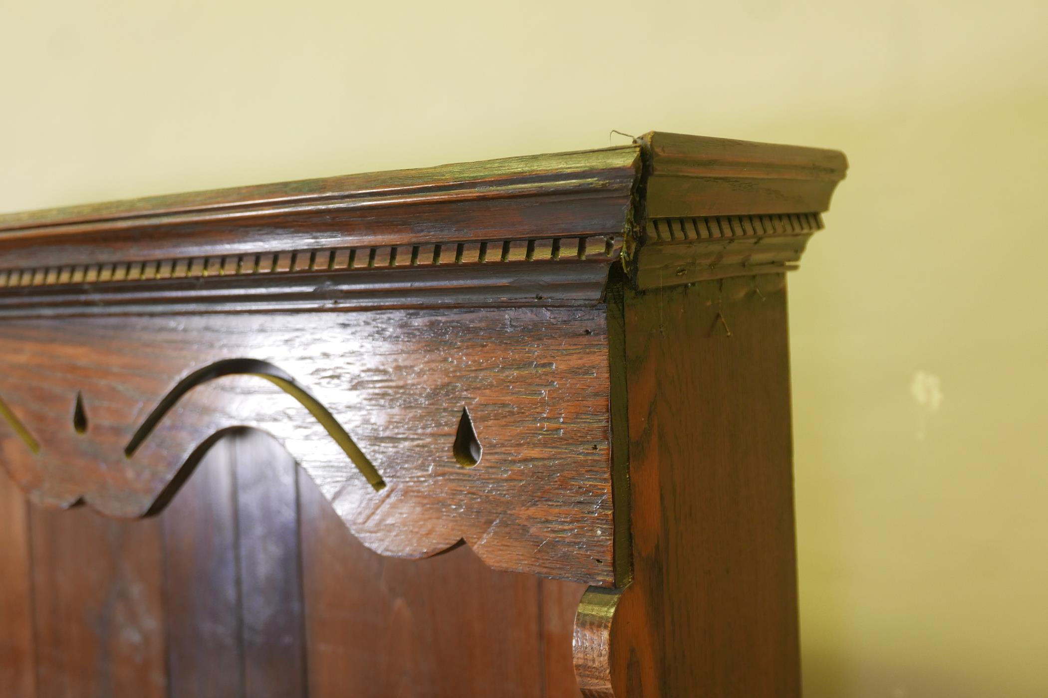 An oak dresser and plate rack with three drawers over three doors to the base, the upper section - Image 4 of 6