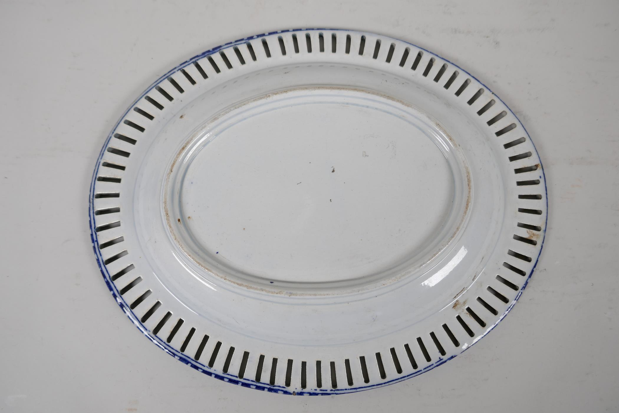 """An early C19th pearlware ribbon plate printed with a variation of the willow pattern, 9"""" x 7"""" - Image 3 of 4"""
