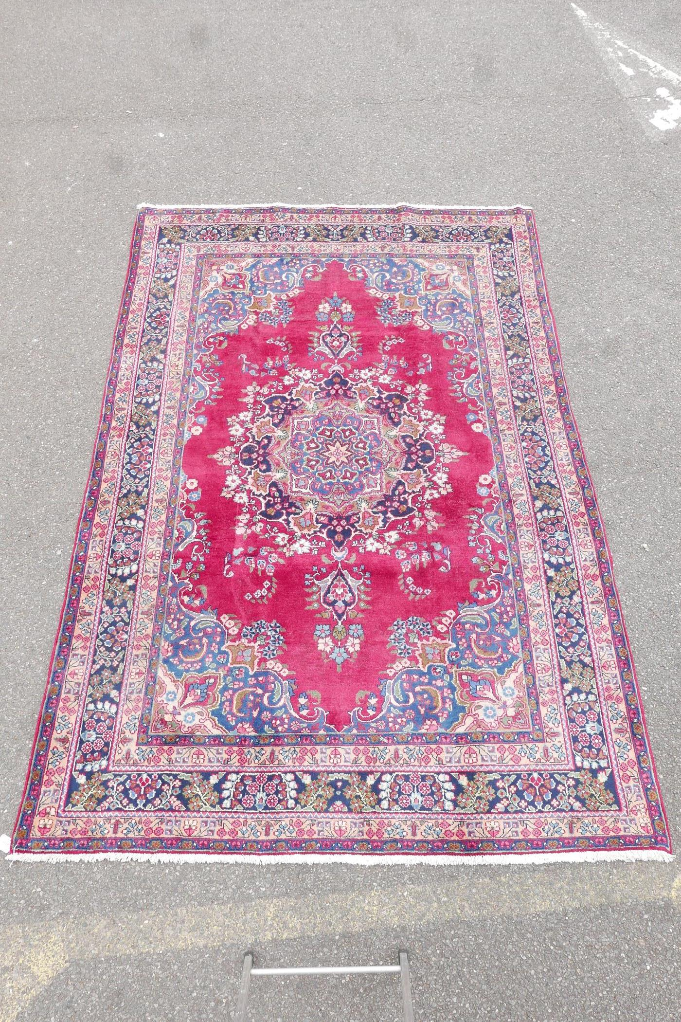 """A pink/red ground Persian Kashmar carpet with a floral medallion design, 77"""" x 117"""" - Image 5 of 7"""