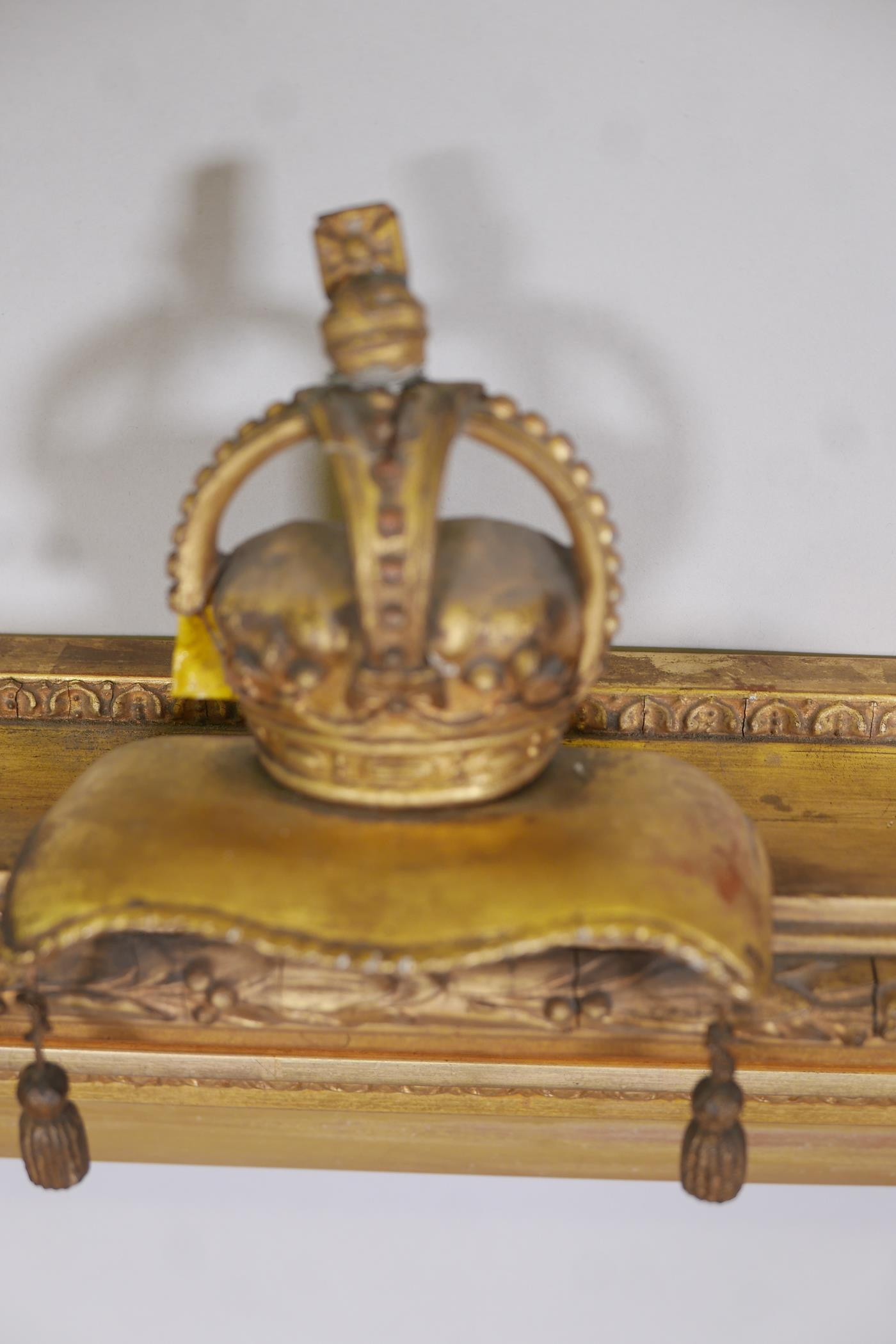 """A C19th gilt picture frame with crown and cushion finial, aperture 27"""" x 33"""" - Image 3 of 3"""