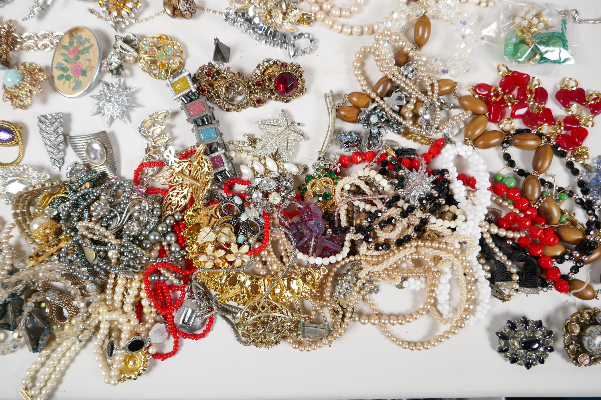 A quantity of good quality vintage costume jewellery - Image 6 of 8