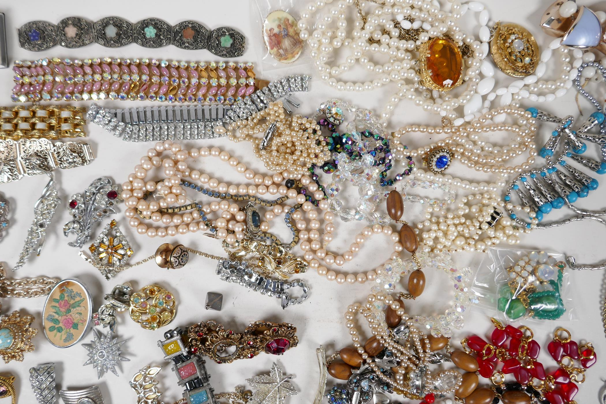 A quantity of good quality vintage costume jewellery - Image 3 of 8