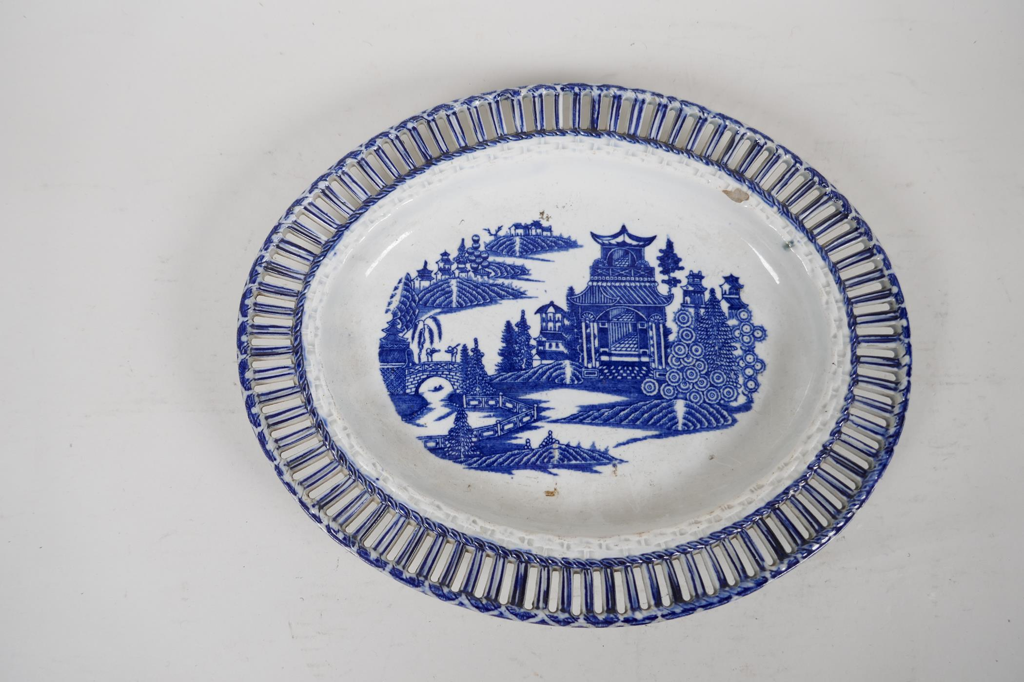 """An early C19th pearlware ribbon plate printed with a variation of the willow pattern, 9"""" x 7"""" - Image 2 of 4"""
