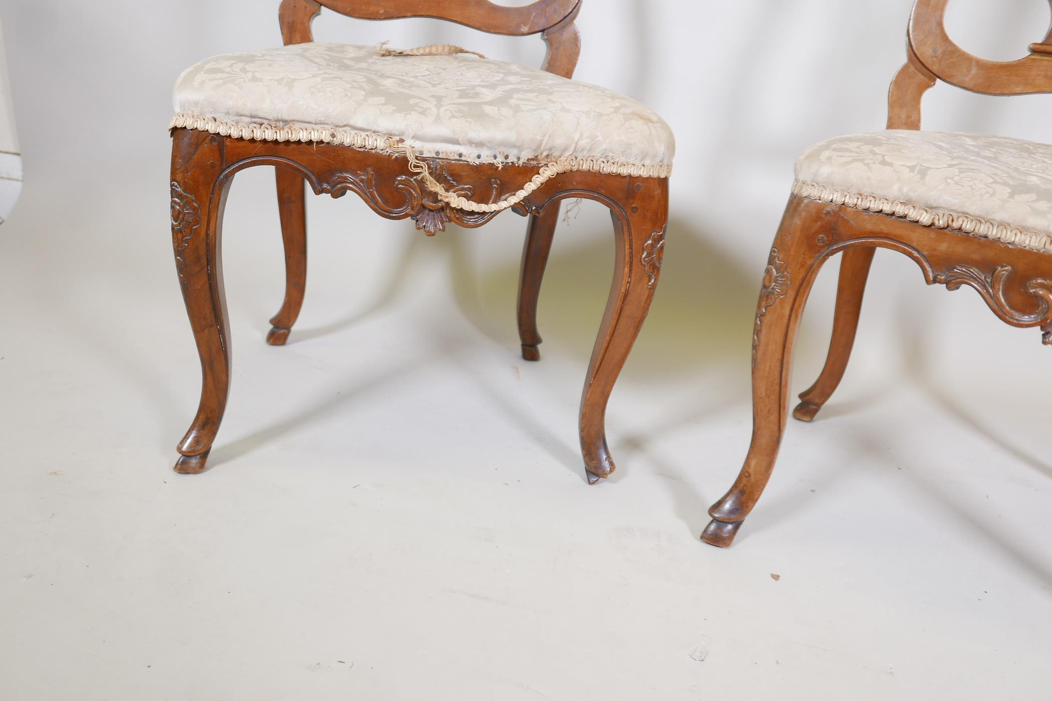 A pair of C18th French walnut pierced splat back side chairs with finely carved decoration, raised - Image 4 of 7