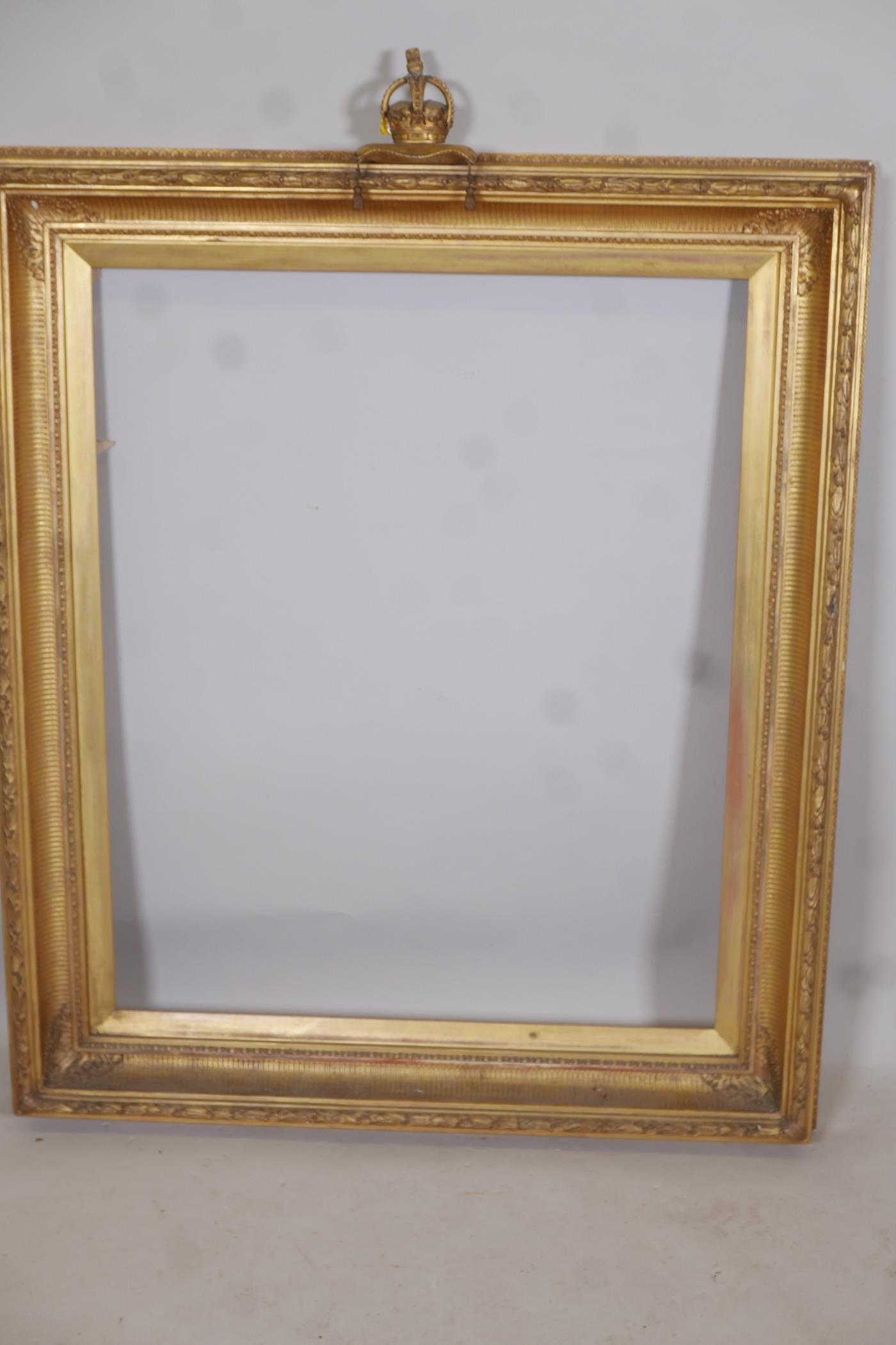 """A C19th gilt picture frame with crown and cushion finial, aperture 27"""" x 33"""" - Image 2 of 3"""