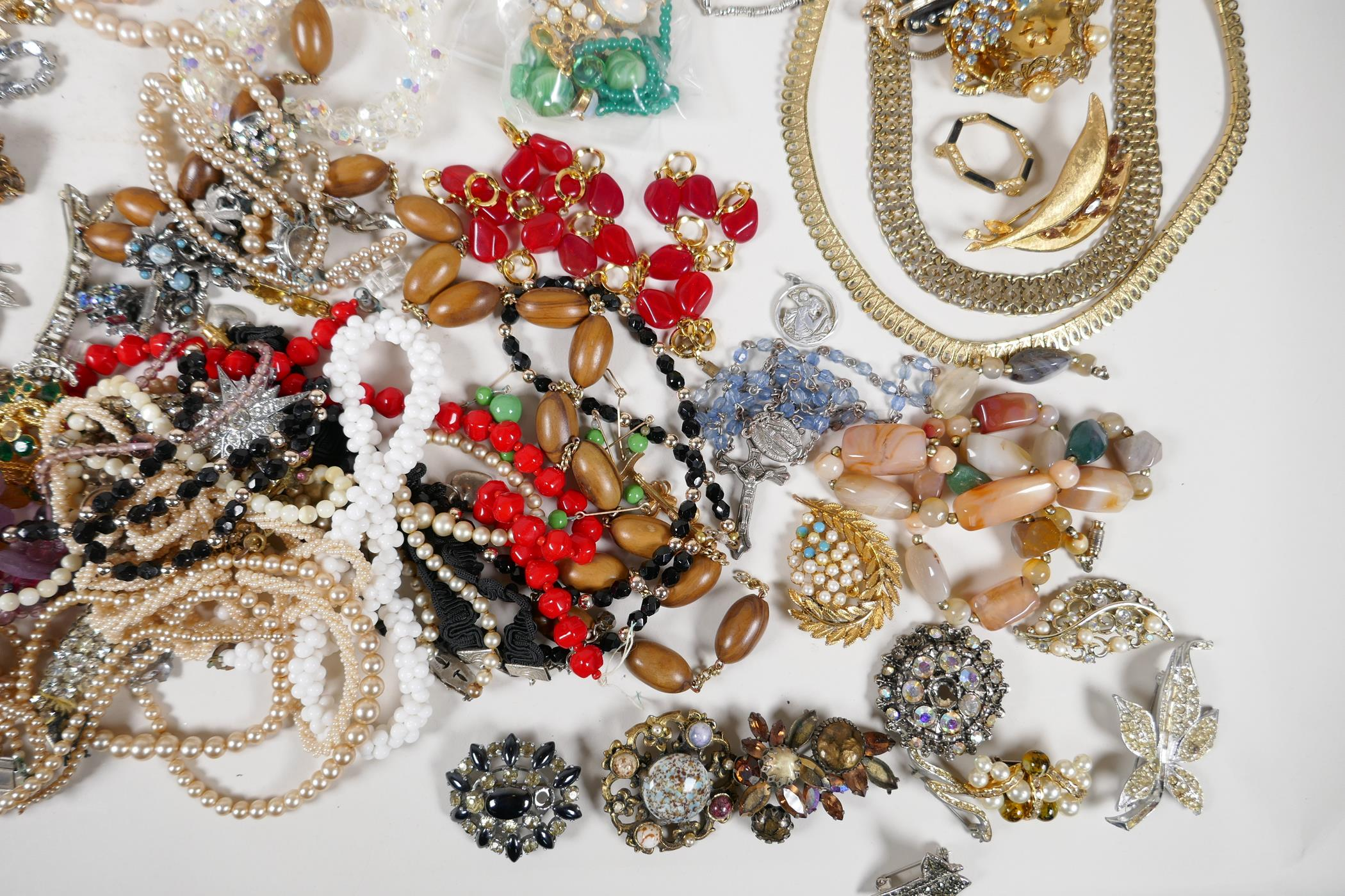 A quantity of good quality vintage costume jewellery - Image 5 of 8