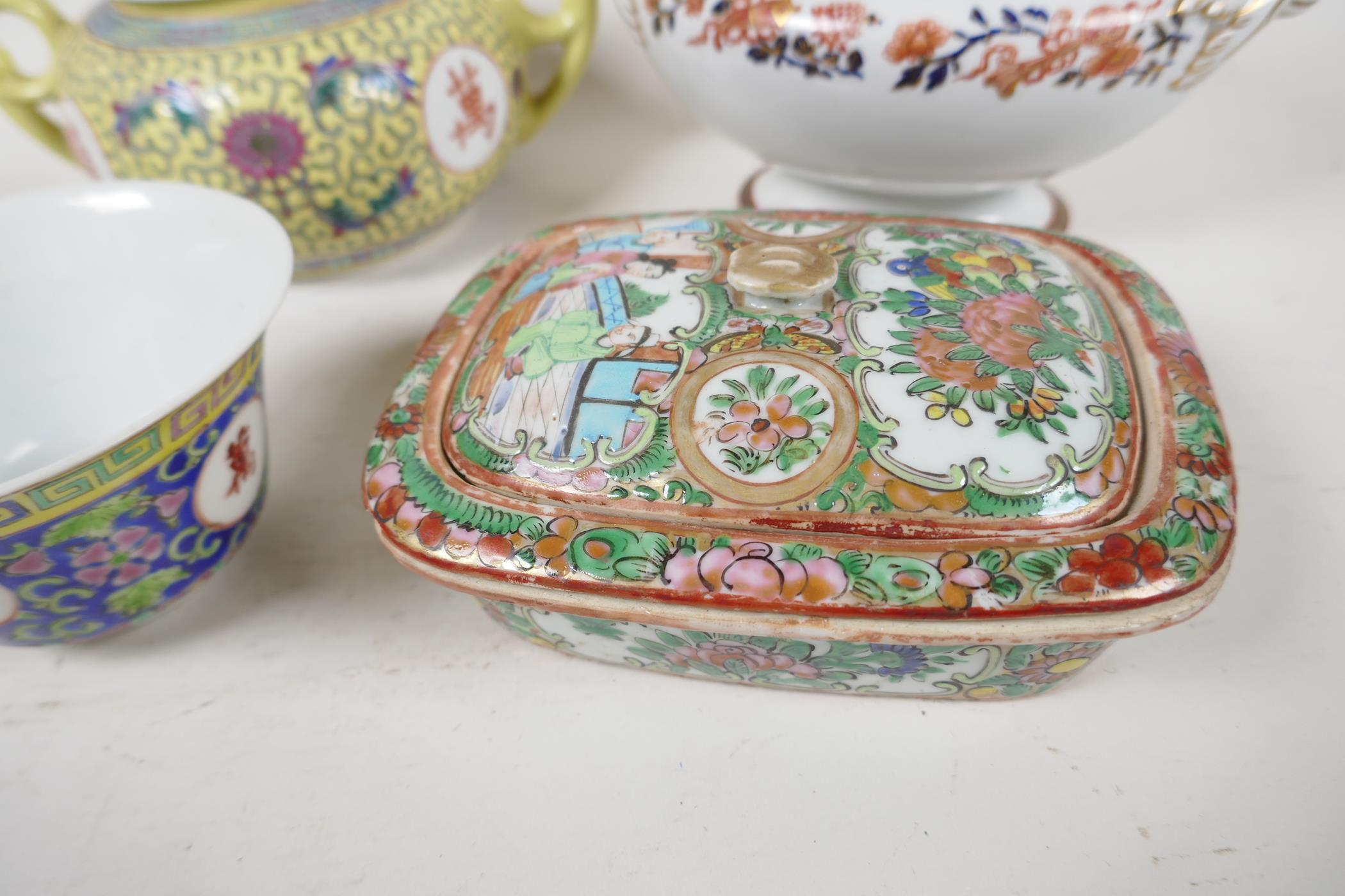 """Five pieces of Chinese porcelain to include a C19th bowl painted with figures, 7"""" diameter, a - Image 2 of 6"""