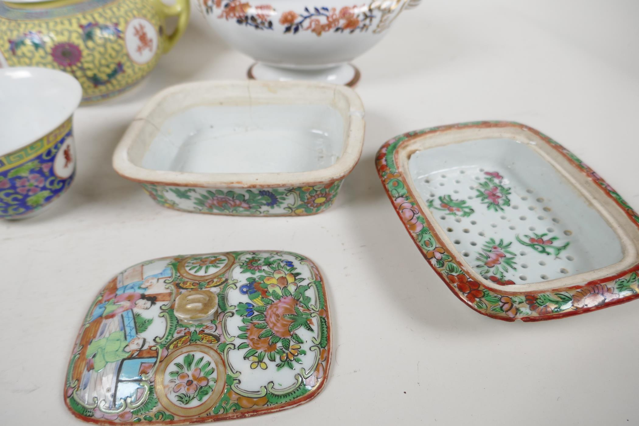 """Five pieces of Chinese porcelain to include a C19th bowl painted with figures, 7"""" diameter, a - Image 3 of 6"""