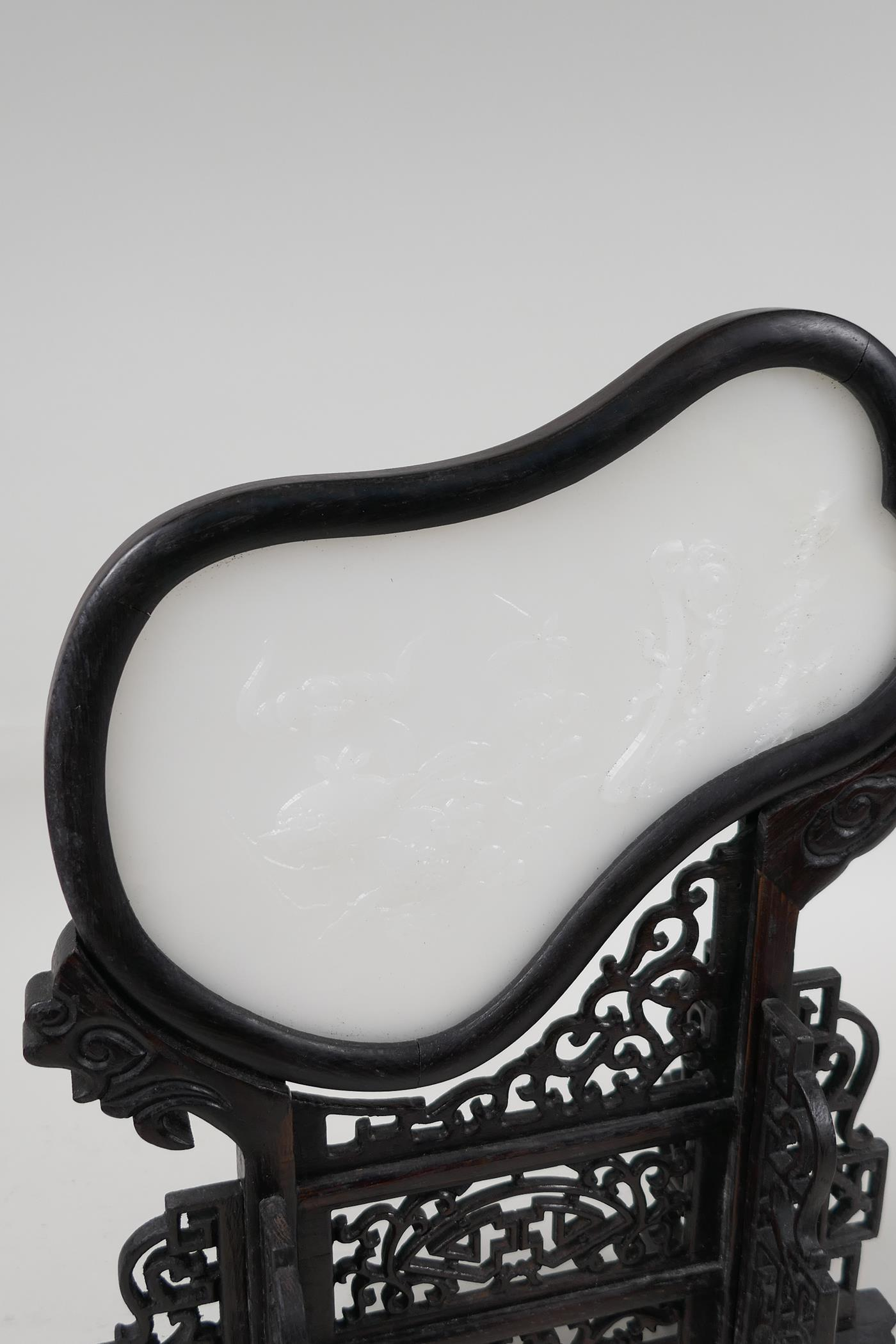 A Chinese white hardstone and hardwood table screen in the form of a fan with fruit and ruyi - Image 2 of 4
