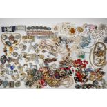A quantity of good quality vintage costume jewellery