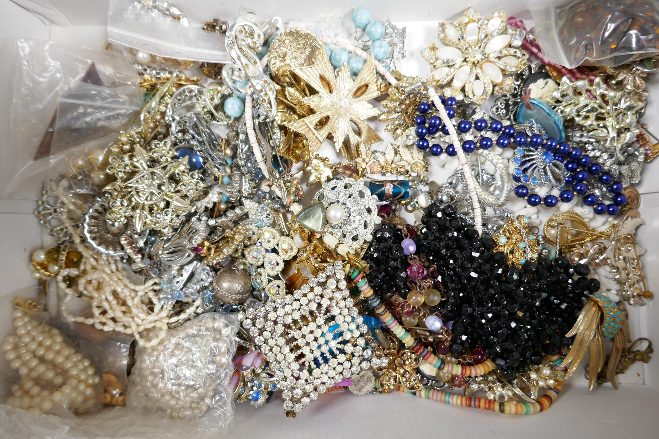 A quantity of good quality vintage costume jewellery - Image 8 of 8