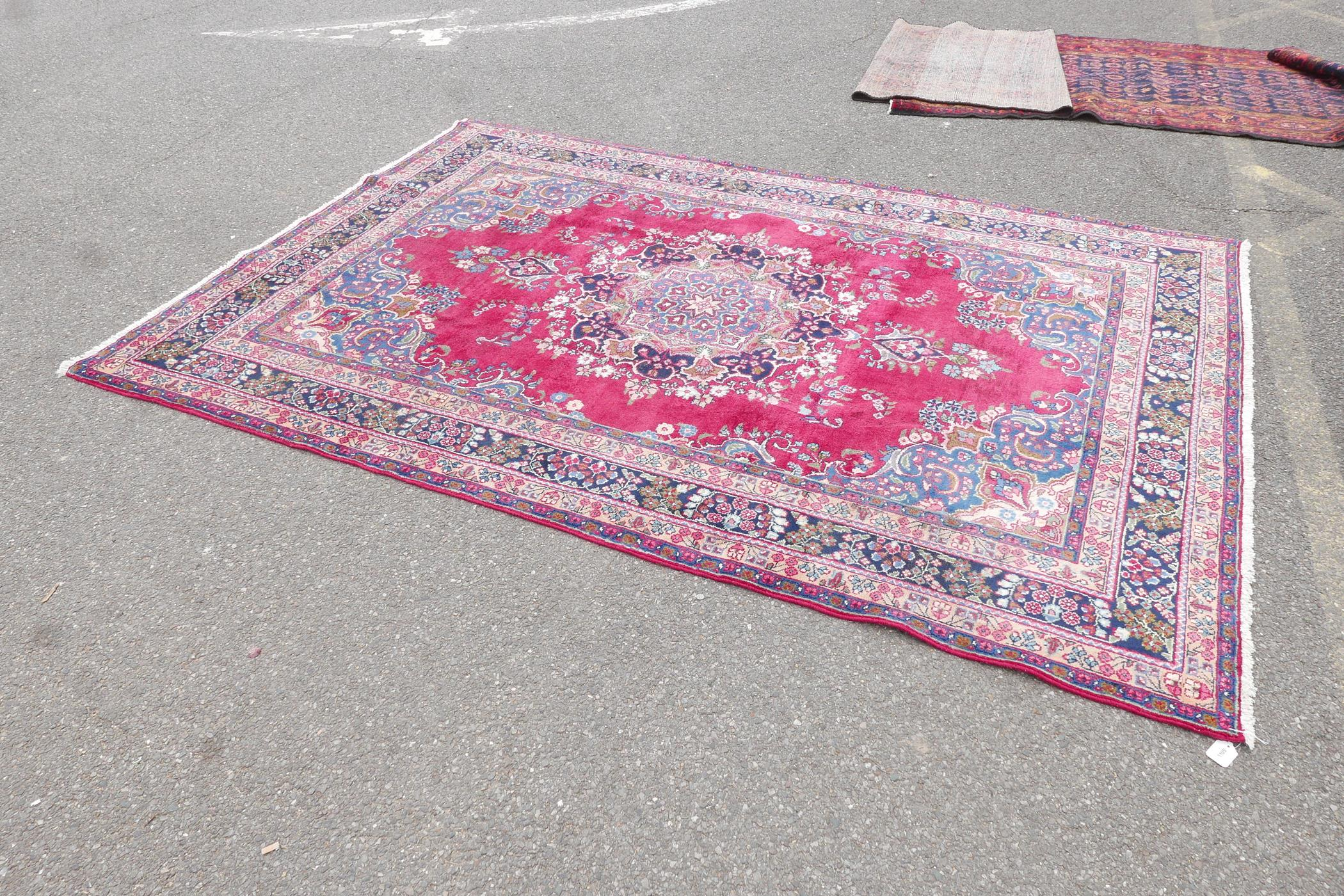 """A pink/red ground Persian Kashmar carpet with a floral medallion design, 77"""" x 117"""" - Image 4 of 7"""