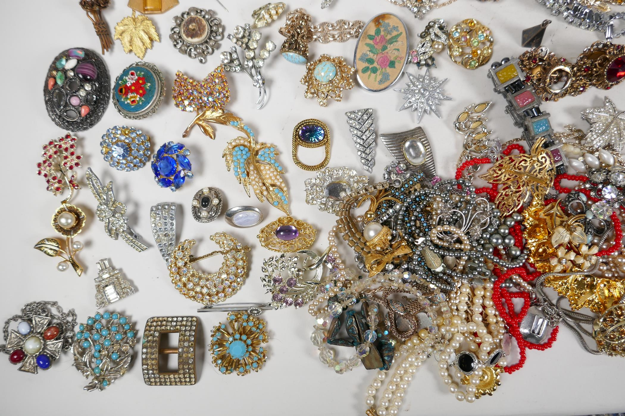 A quantity of good quality vintage costume jewellery - Image 7 of 8