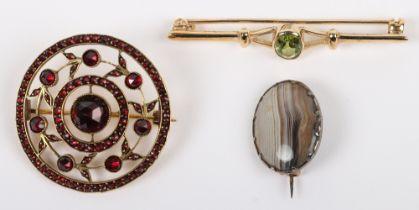 A 9ct gold and peridot set bar brooch