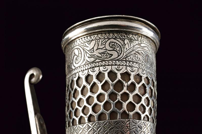 A cow-horn powder flask with silver mounts - Image 4 of 4