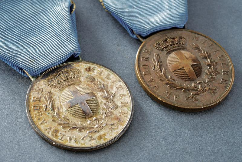 A set of two medals for military valour - Image 2 of 5