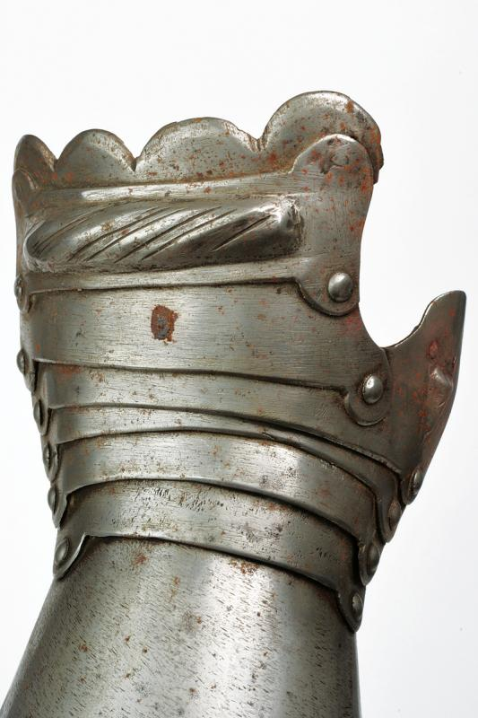 A pair of gauntlets - Image 2 of 3