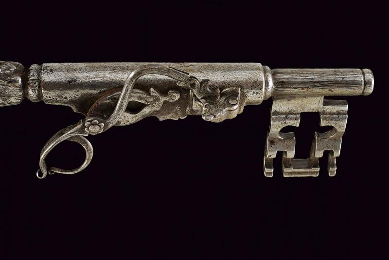 A big key with matchlock pistol - Image 4 of 4