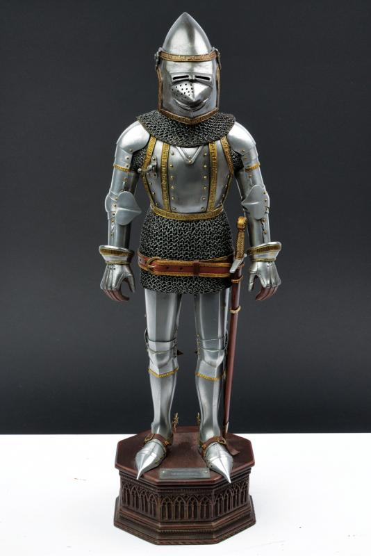 A very fine model of a knight in armour - Image 6 of 6