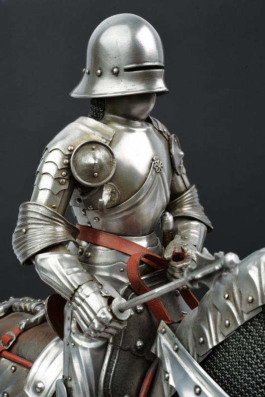 A beautiful English equestrian armour model - Image 6 of 9