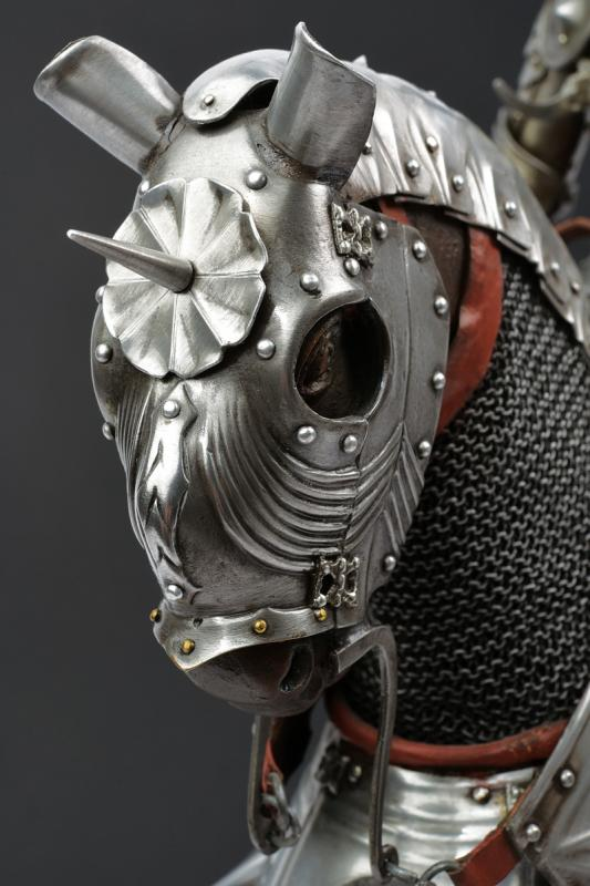 A beautiful English equestrian armour model - Image 7 of 9