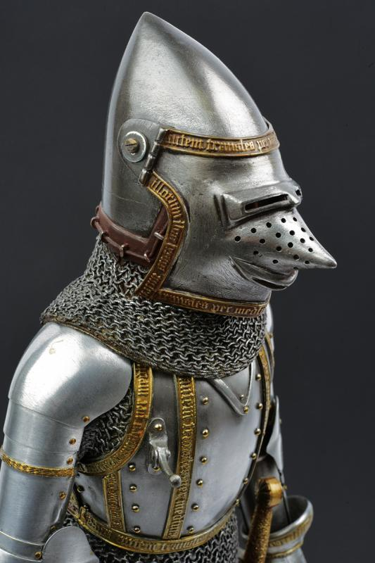 A very fine model of a knight in armour - Image 5 of 6