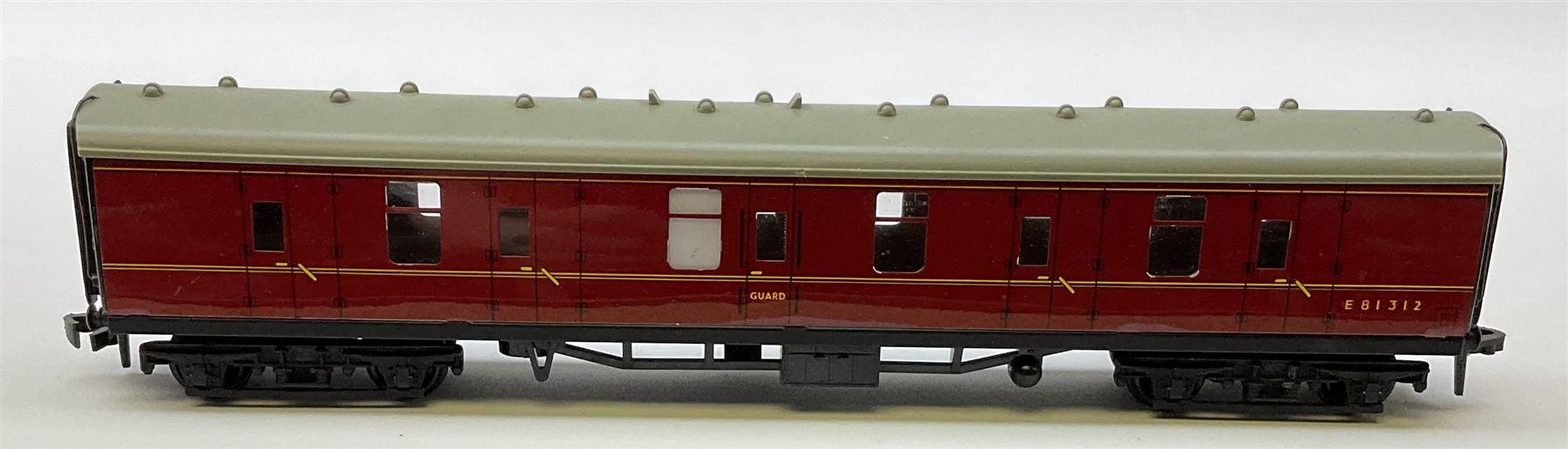 Hornby Dublo - 4075 Passenger Brake Van B.R.; 4078 Composite Sleeping Car B.R.; 4082 Suburban Coach - Image 5 of 5