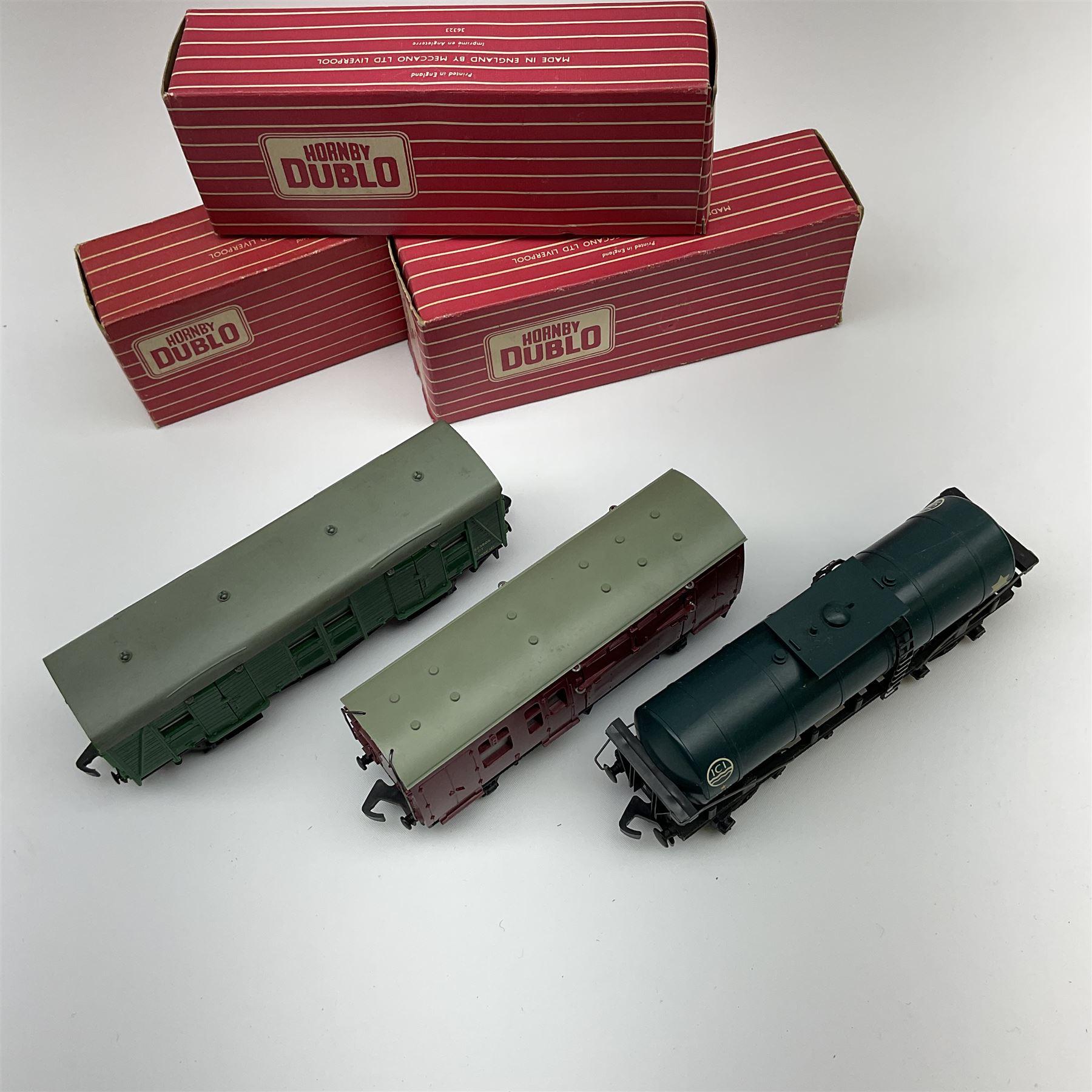 Hornby Dublo - 4685 Caustic Liquor Bogie Wagon; 4315 Horse Box with horse; and 4323 S.R. 4-Wheeled U - Image 2 of 3