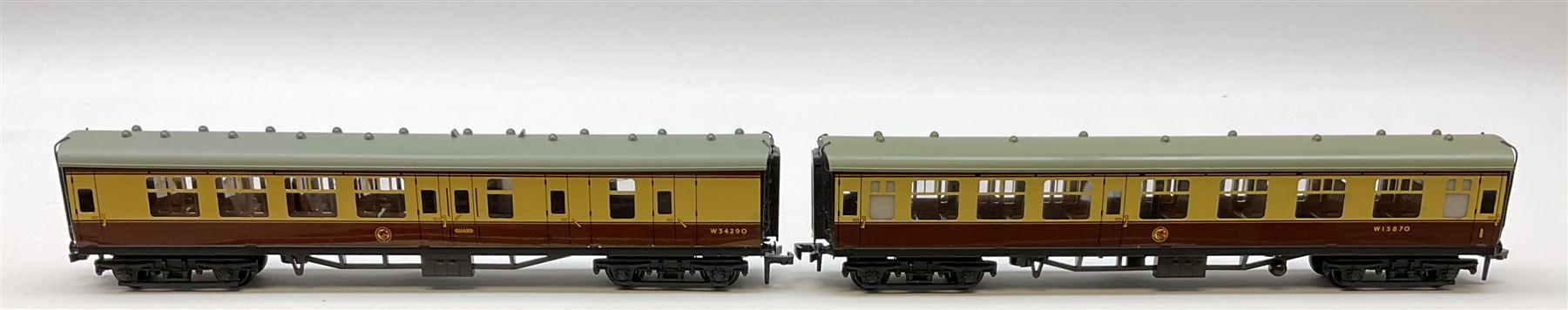 Hornby Dublo - six coaches comprising 4050 Corridor Coach 1st/2nd W.R.; 4051 Corridor Coach Brake/2n - Image 2 of 5