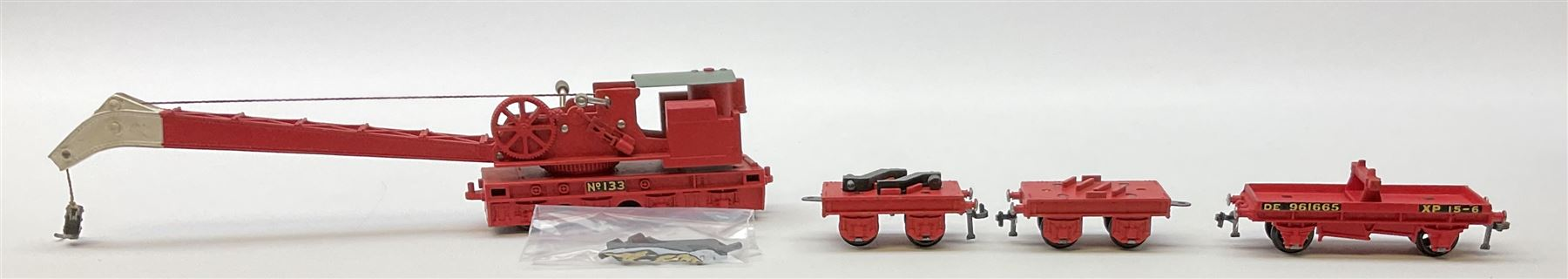 Hornby Dublo - Breakdown Crane No.4062 with screw jacks in plain red box with end label; D1 Girder B - Image 3 of 11