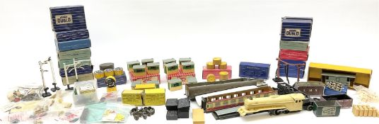 Hornby Dublo - quantity of accessories including six boxed D1 loading gauges; six boxed D1 water cra