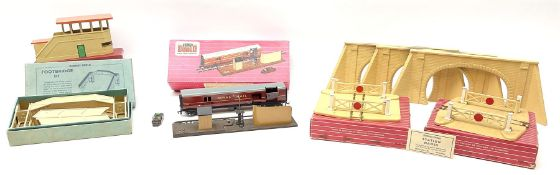Hornby Dublo - 5080 Signal Cabin with pack of Station Names; two D1 Footbridges