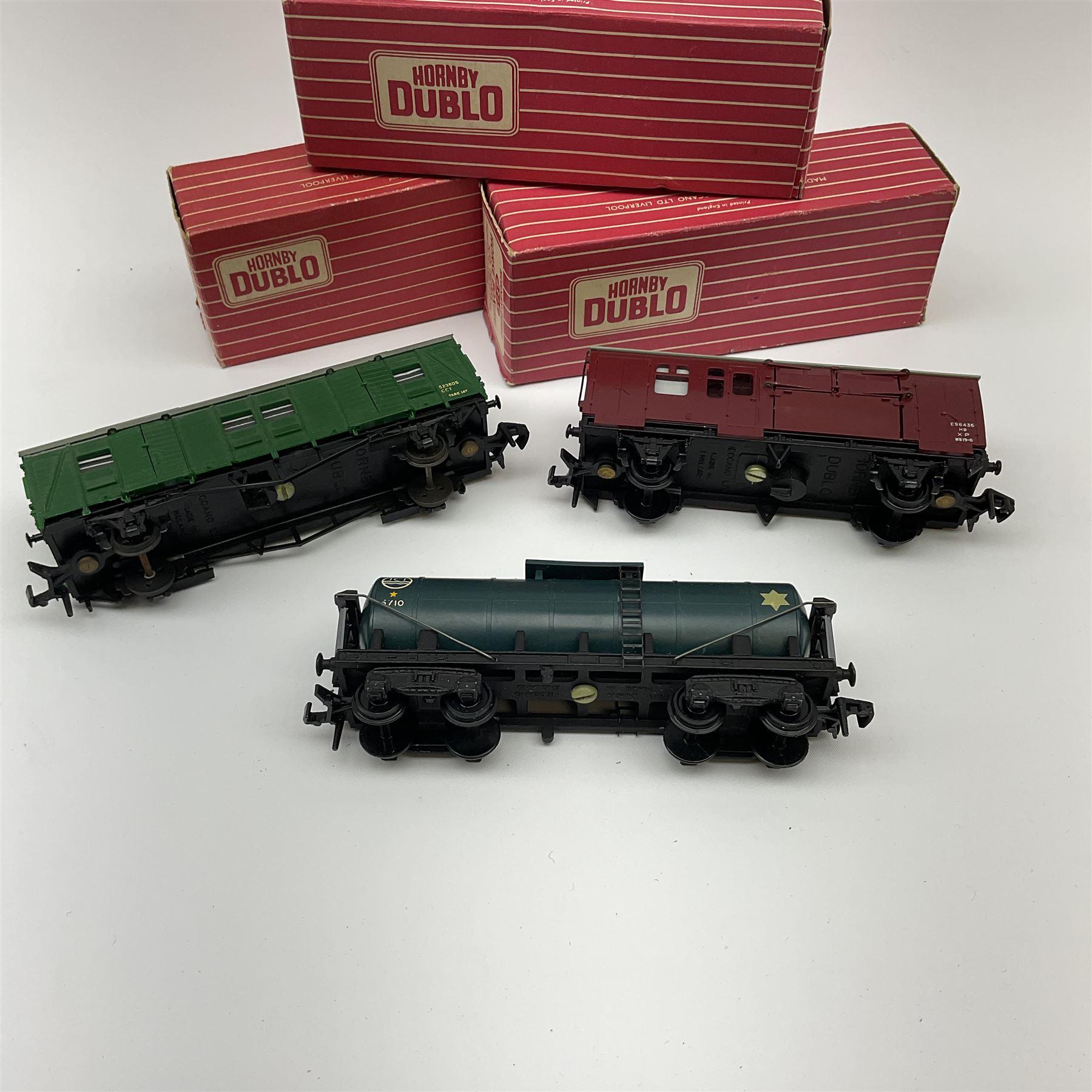 Hornby Dublo - 4685 Caustic Liquor Bogie Wagon; 4315 Horse Box with horse; and 4323 S.R. 4-Wheeled U - Image 3 of 3