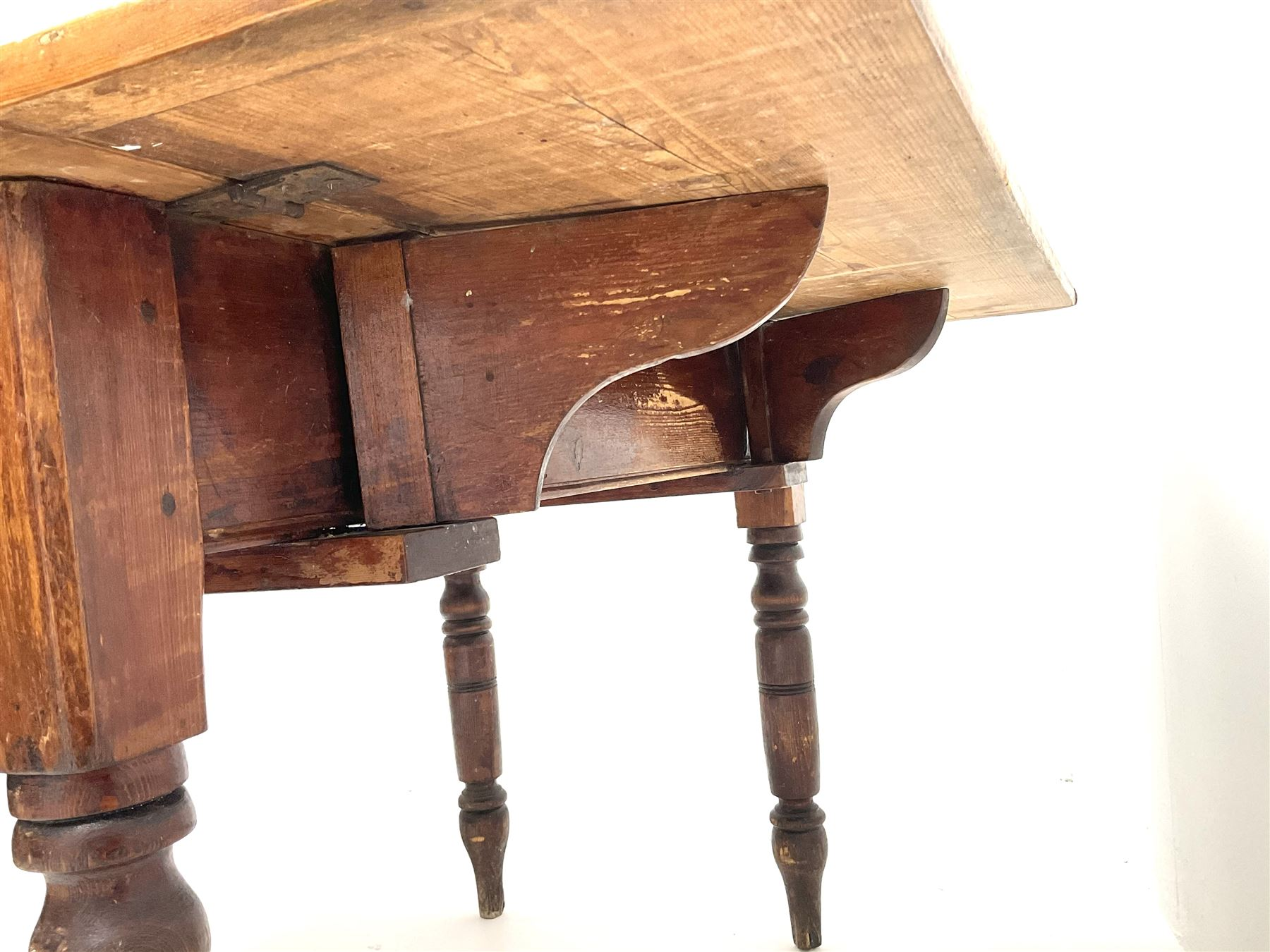 Victorian stained and polished pine drop leaf kitchen table - Image 4 of 4
