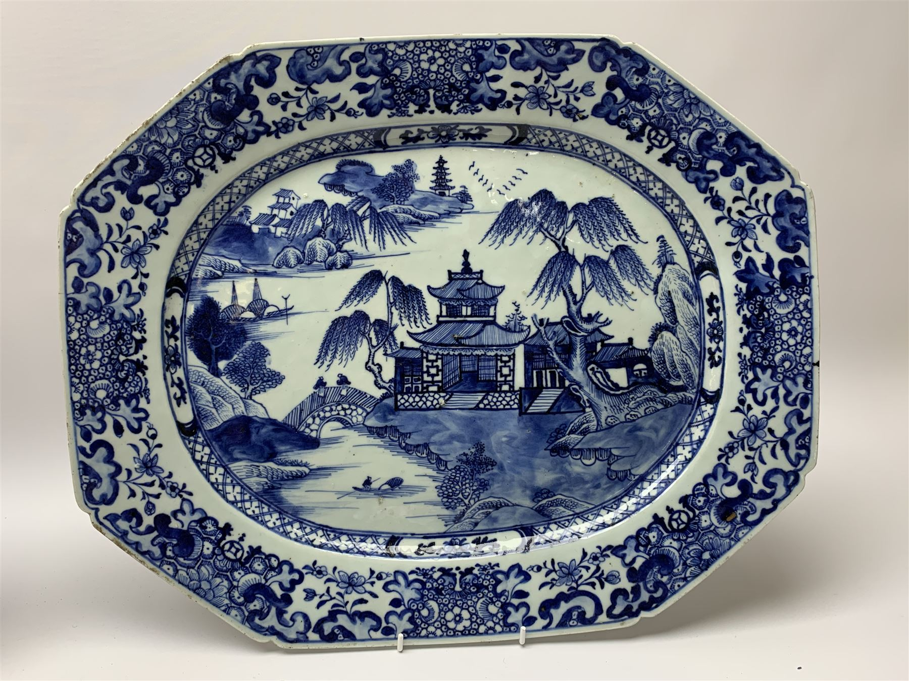 Pair of late 18th/early 19th century Chinese export blue and white platters - Image 3 of 5
