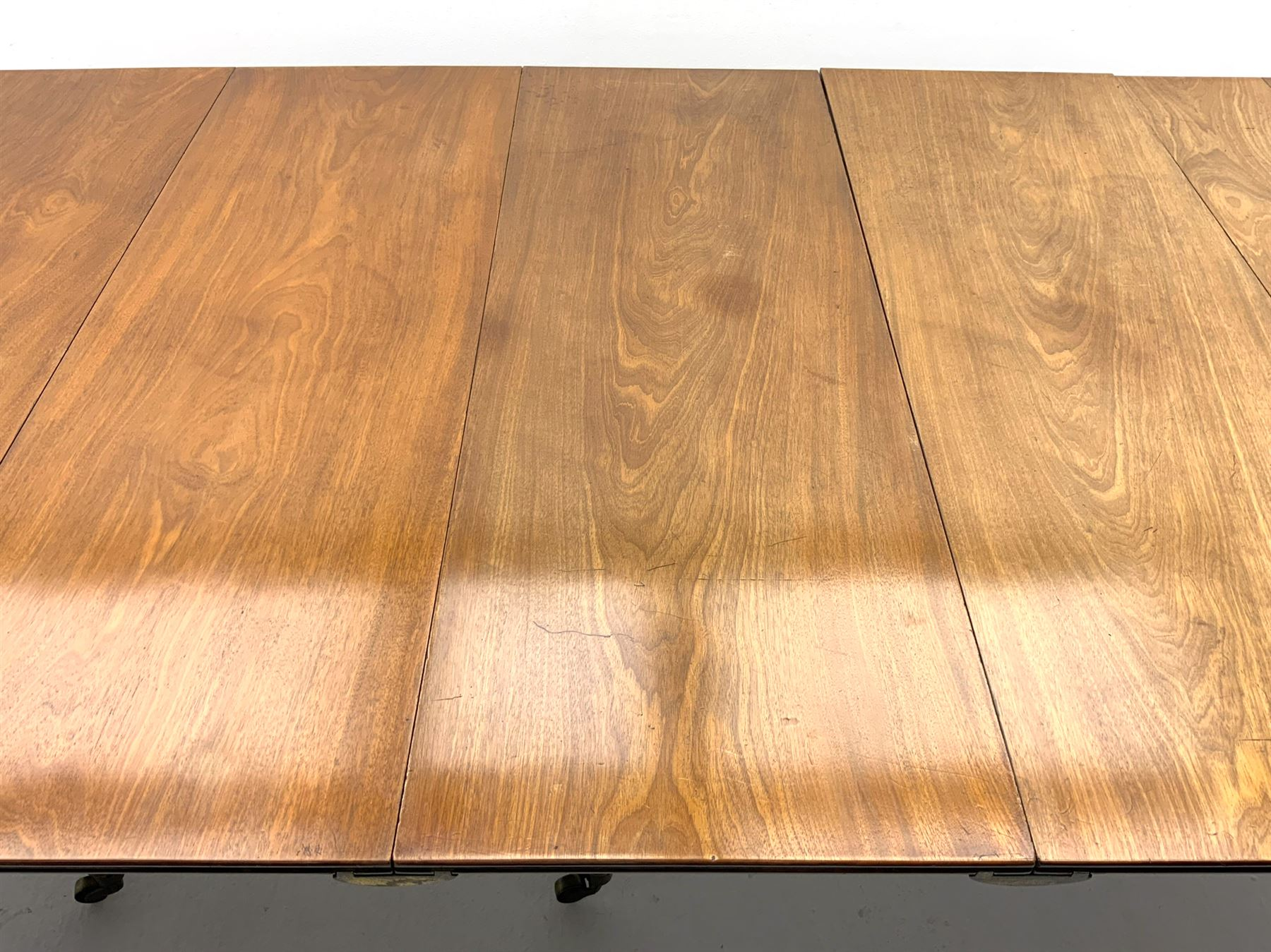 George III mahogany extending dining table - Image 6 of 6
