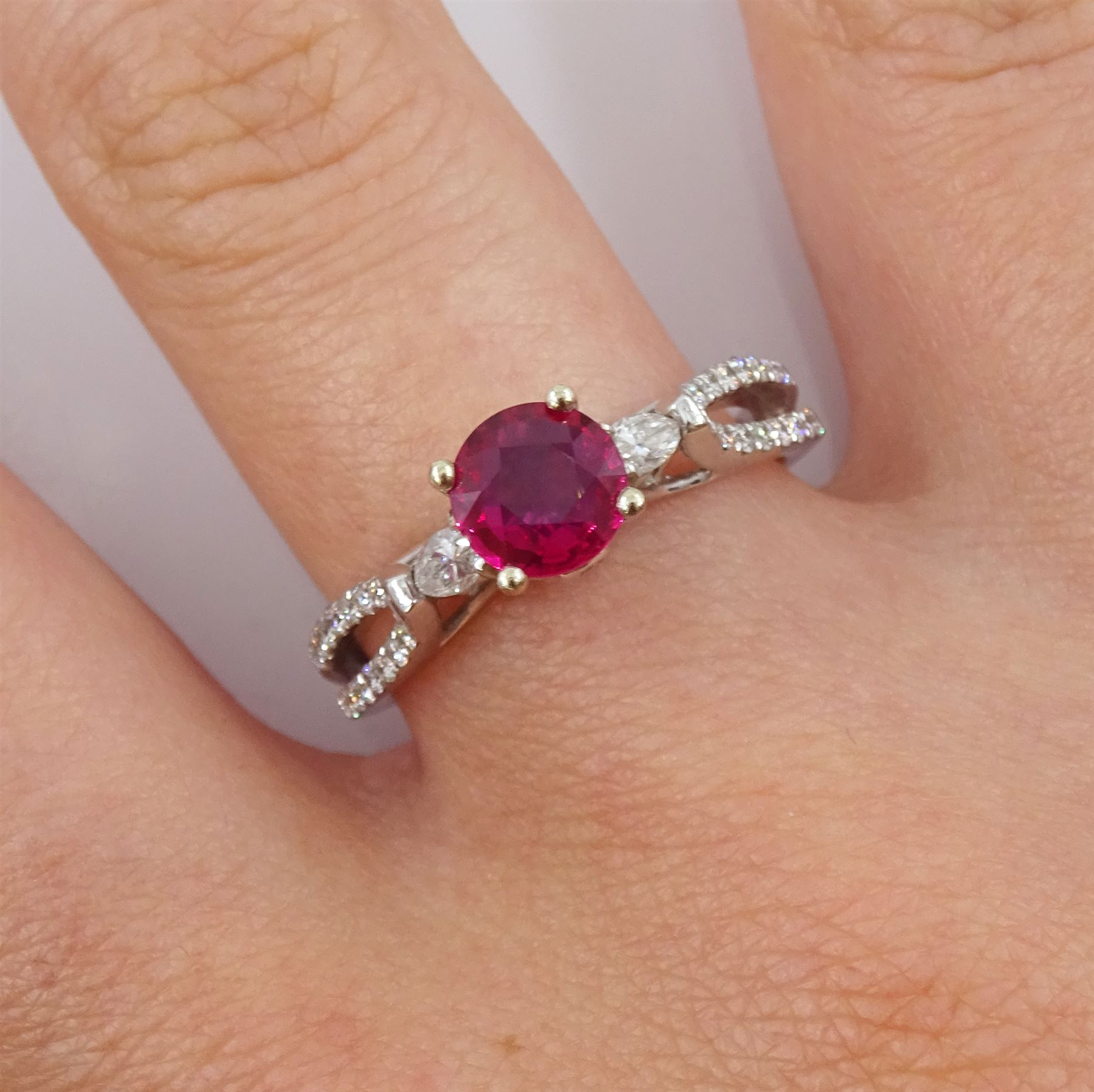 18ct white gold round ruby ring - Image 2 of 4