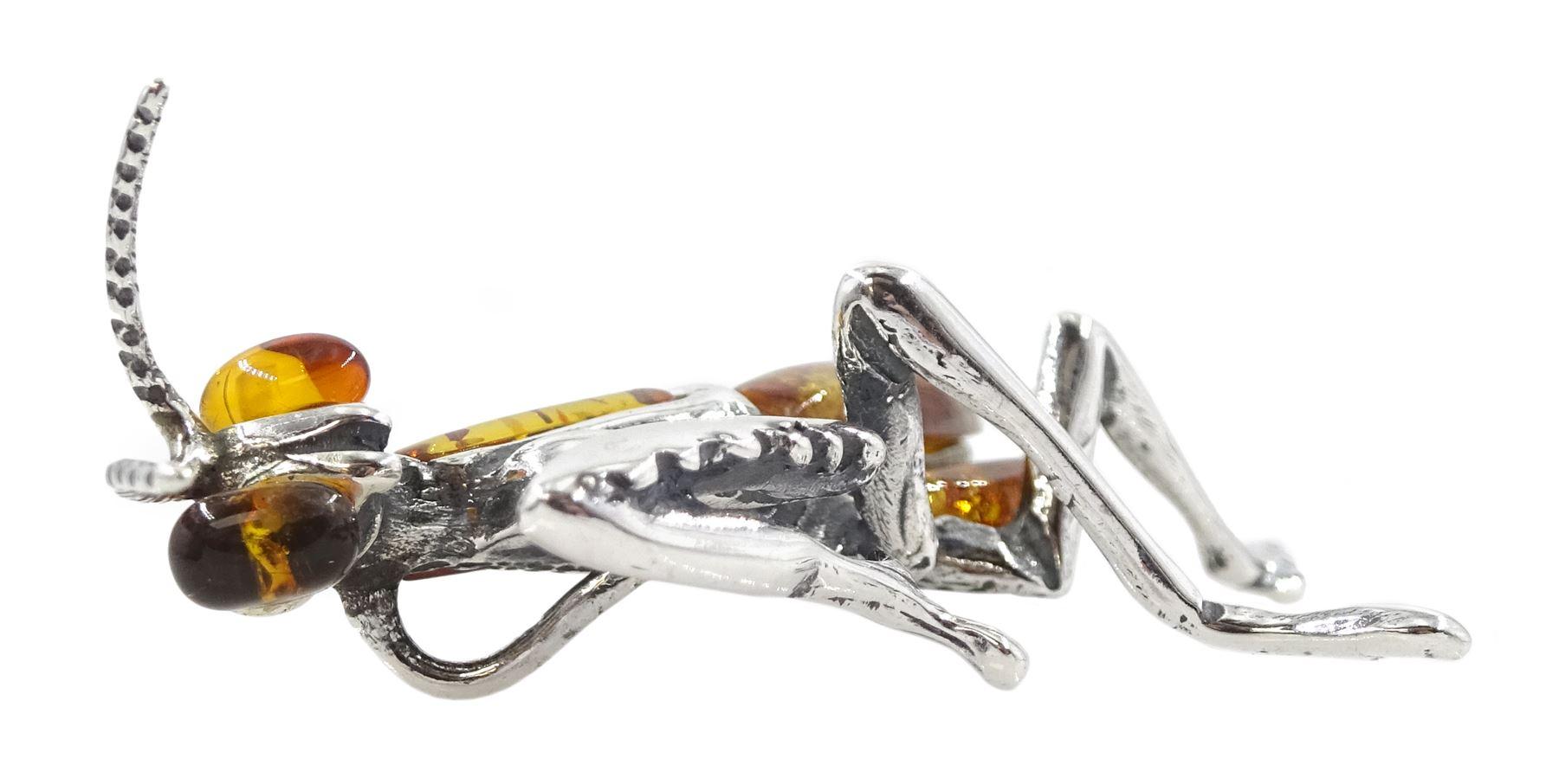 Silver amber grasshopper pendant - Image 3 of 3