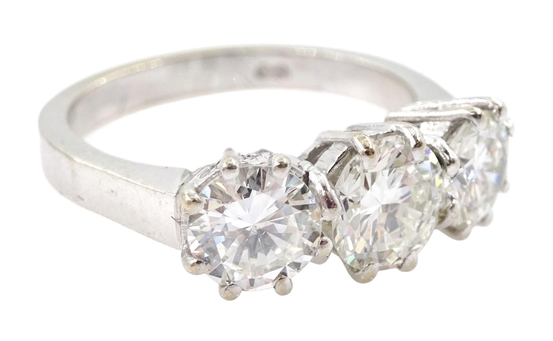 18ct white gold three stone diamond ring - Image 4 of 5