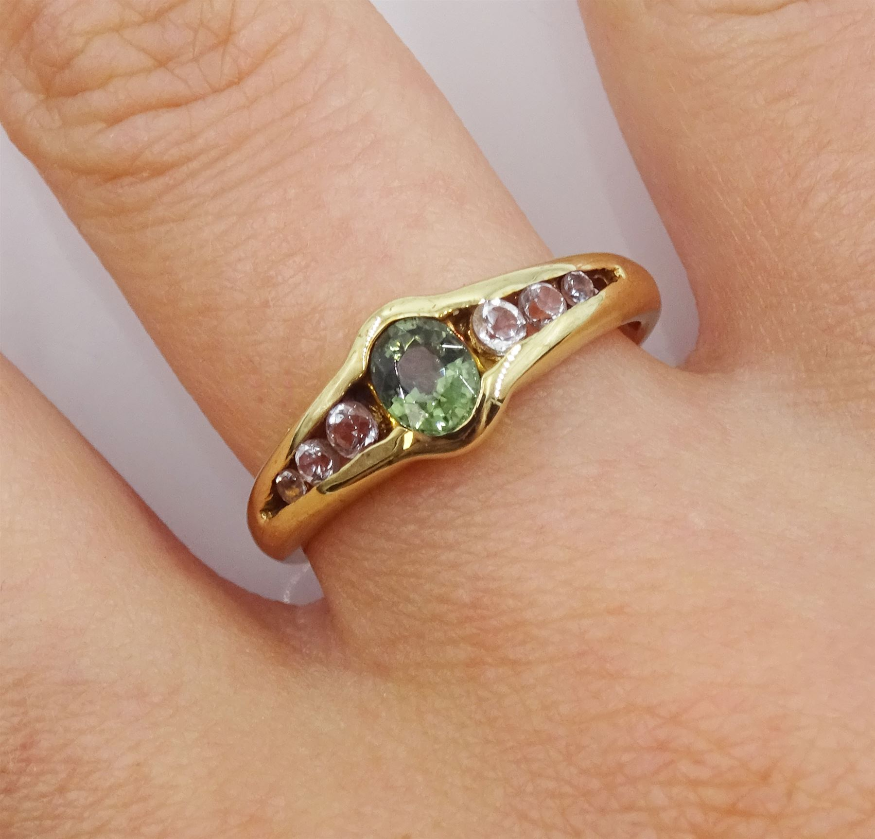 9ct gold oval green and white tourmaline ring - Image 2 of 4